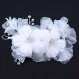 Hårdekoration vita blommor av organza